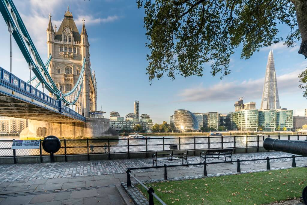 "Tower Bridge, das Rathaus und ""The Shard"" 