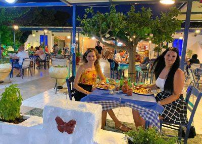 Michele und Vanessa in der Taverne