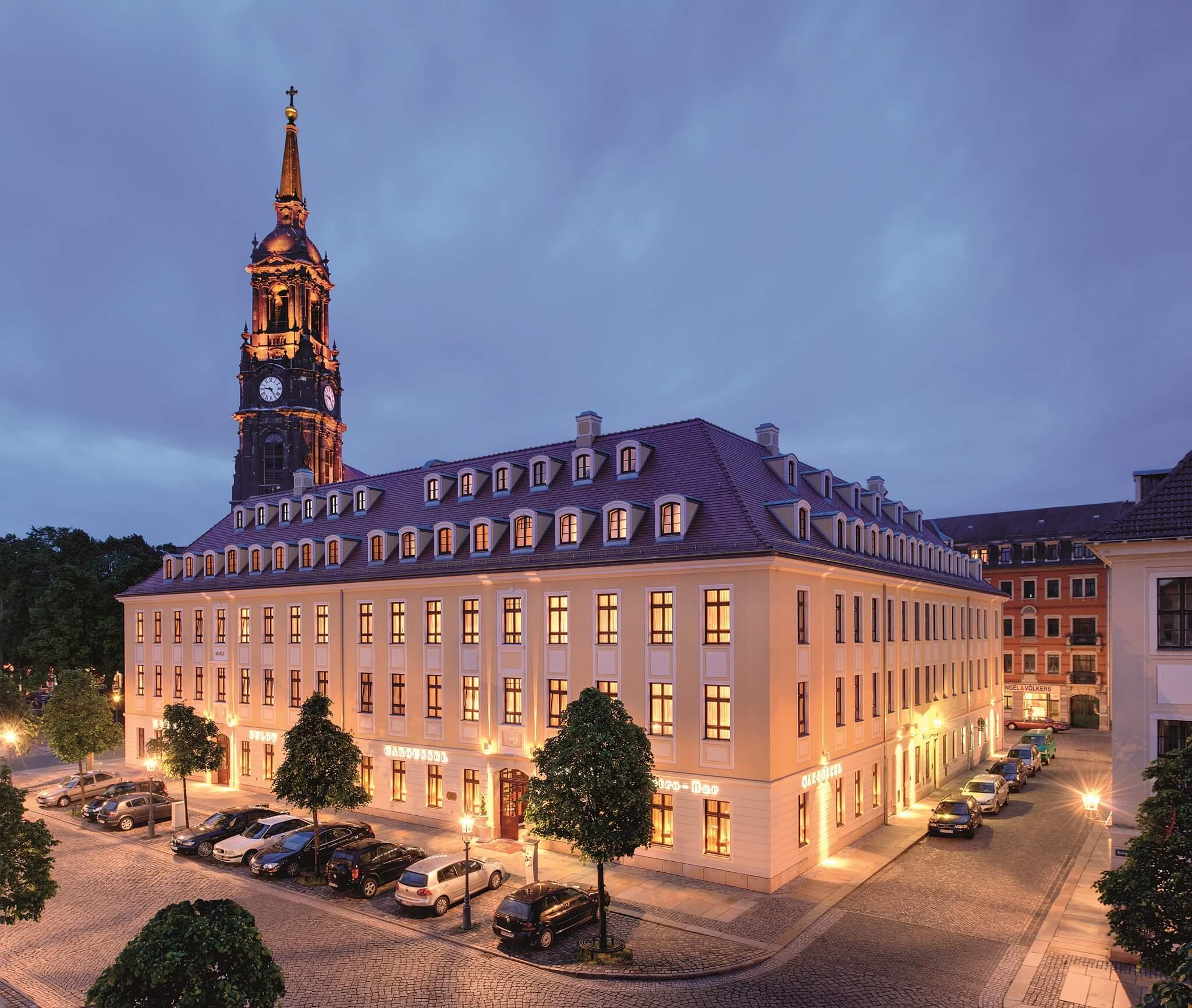 Außenansicht des Bülow Palais bei Nacht von der Königstraße   © Hotel Bülow Palais