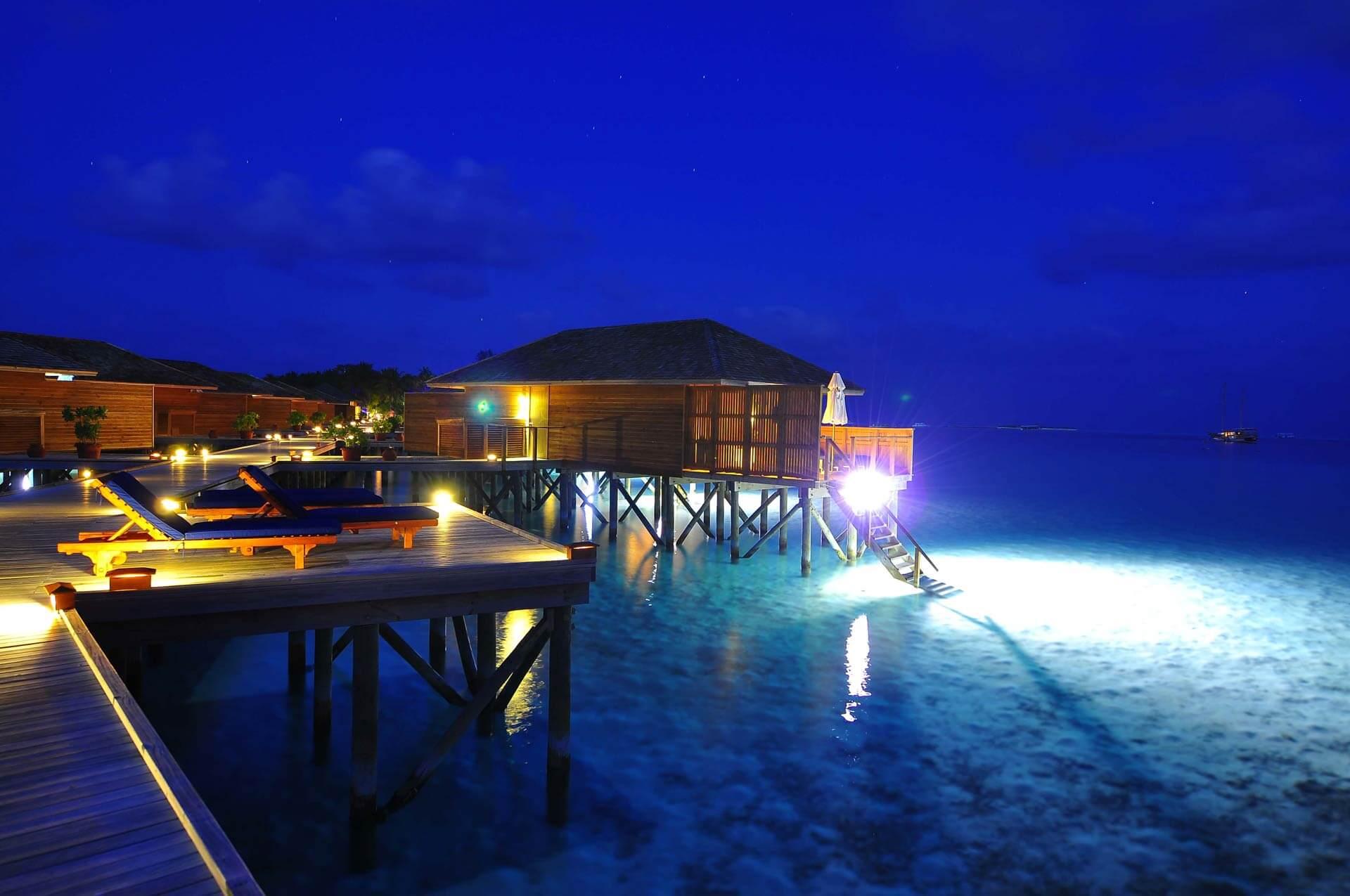 Wasserbungalows bei Nacht