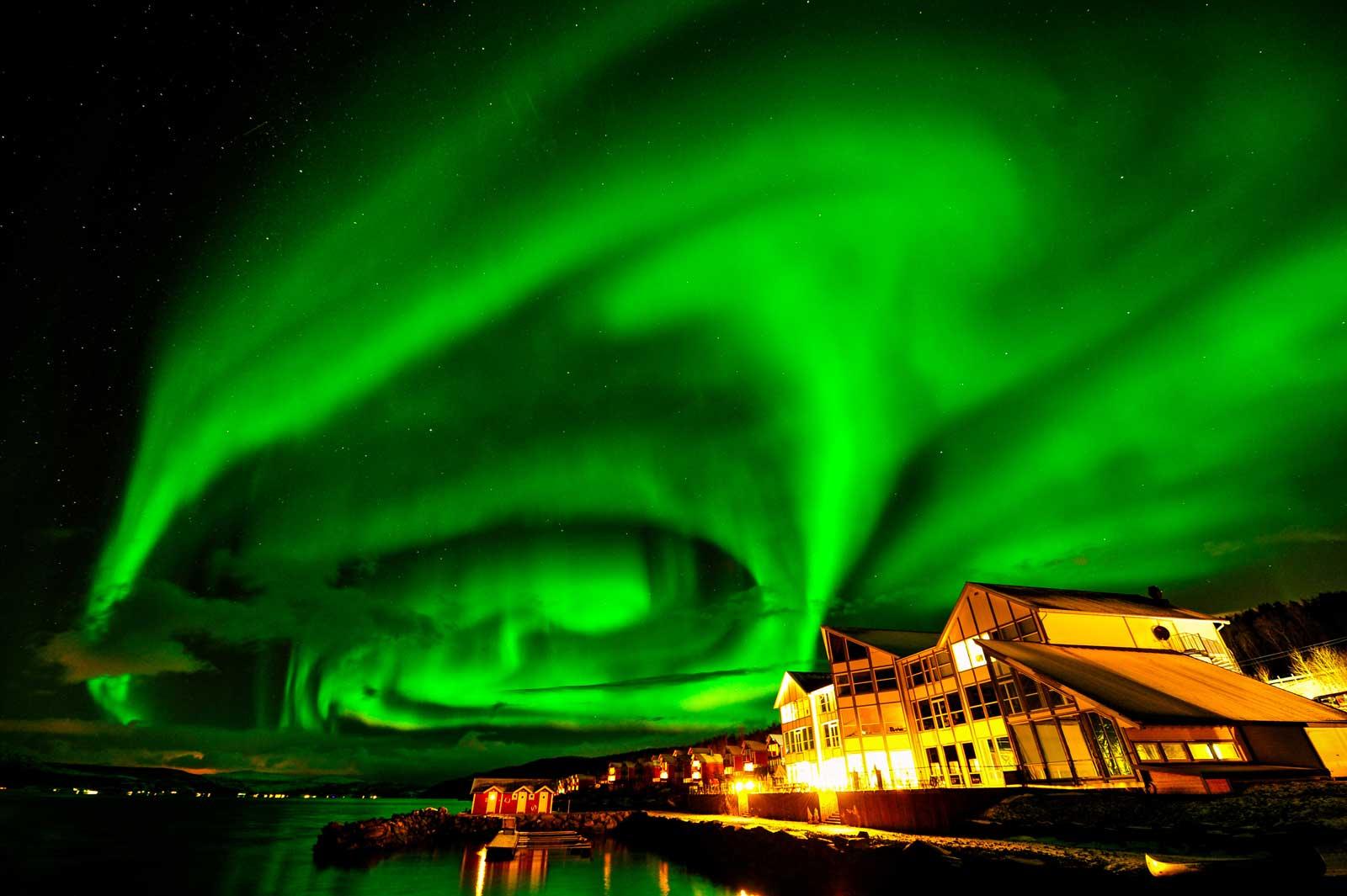 Leuchtgrün schimmernde Nordlichter die einem den Atem stocken lassen